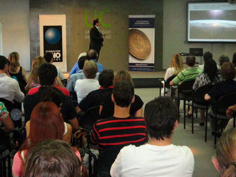 Luis Seguessa disertando en la Universidad de Congreso en Mendoza