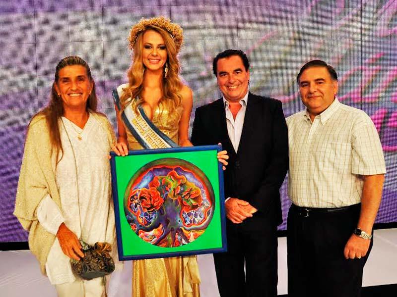 Ago Paez, Luis Seguessa y Rafael Barla con la ganadora de Miss Atlántico en Medio ambiente