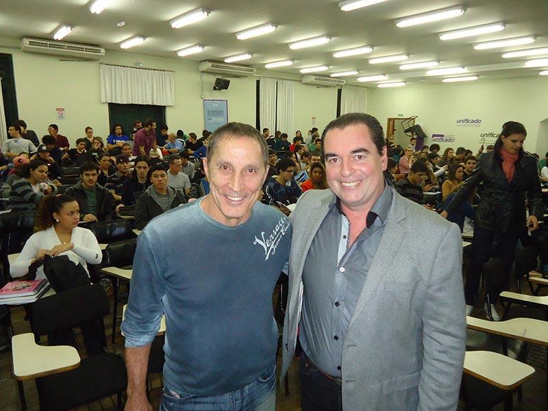 Carlos Albero Fontoura junto a pesquisador Luis Seguessa en la conferencia en Porto Alegre