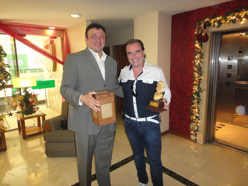 El Ministro de Economia de la provincia de Santiago del Estero, Argentina, entregando el premio Changuito a la labor de Luis Seguessa