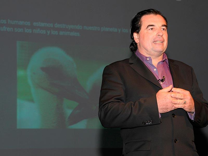 El investigador Luis Seguessa  durante la disertacion
