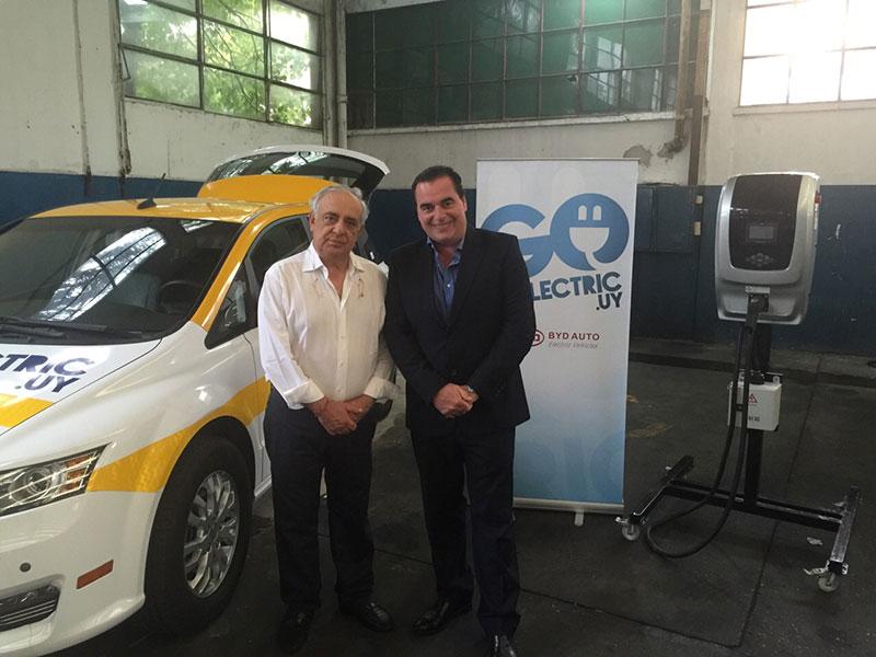 En Montevideo, Sasson Attie, representante de BYD y Luis Seguessa de la Fundación Códigos. Taxis eléctricos