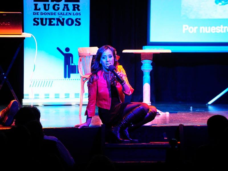 Gabriela Pochinki canta en conferencia alerta global, de la fundacion codigos