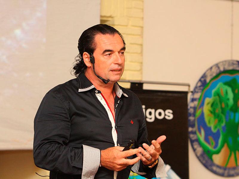 Luis Seguessa disertando-en-Punta-del-Este-Uruguay conferencia Alerta Global