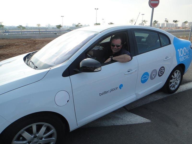 Luis Seguessa en Better Place Israel filmando para su programa de TV