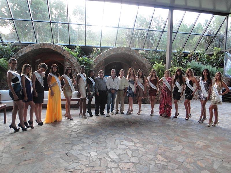 Rafael Barla, Luis Seguessa e Isidoro  Welendniger junto a las finalistas de Miss Atlantico, conferencia alerta global